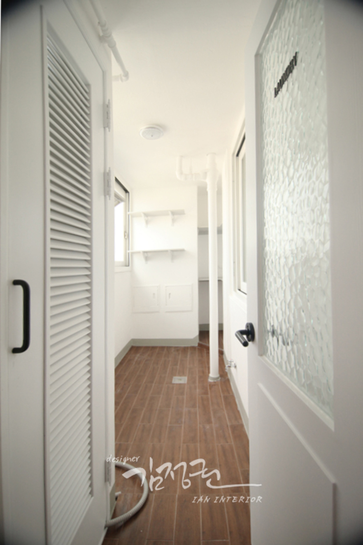 김정권디자이너 Modern Corridor, Hallway and Staircase Cotton White