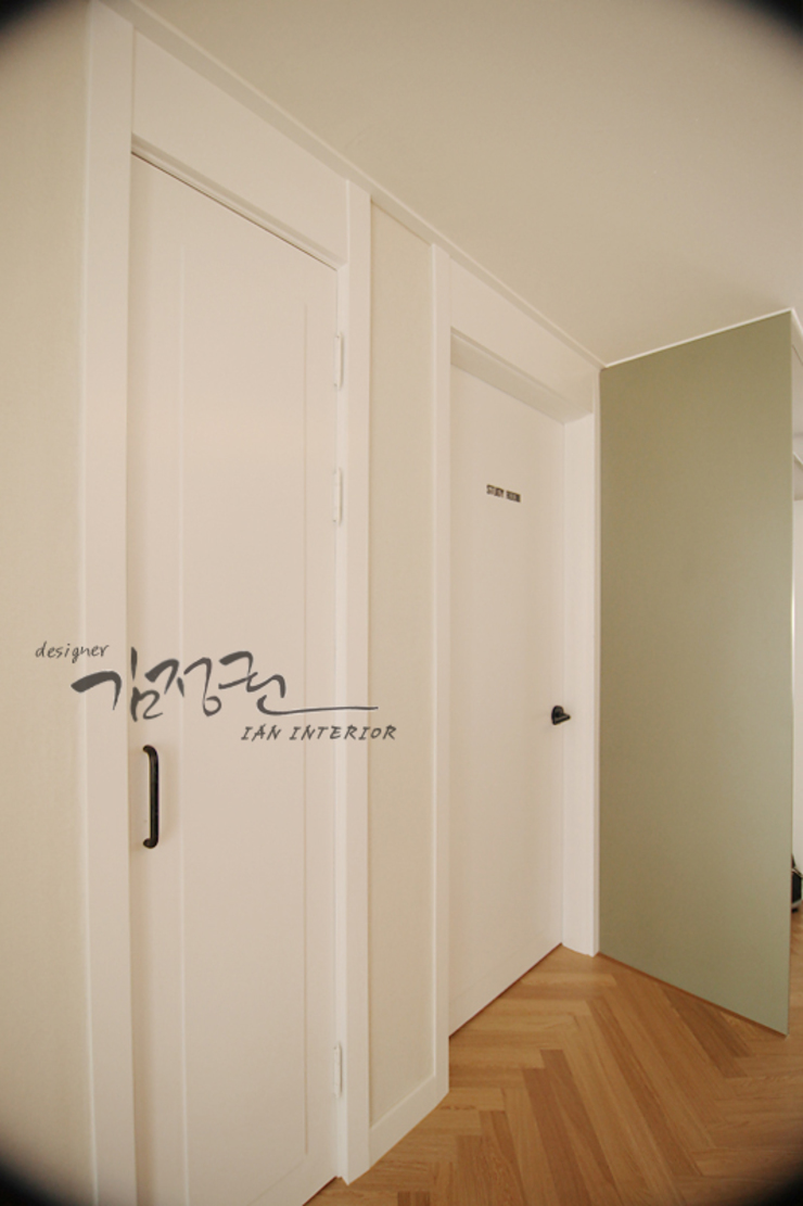 김정권디자이너 Modern Corridor, Hallway and Staircase MDF Brown