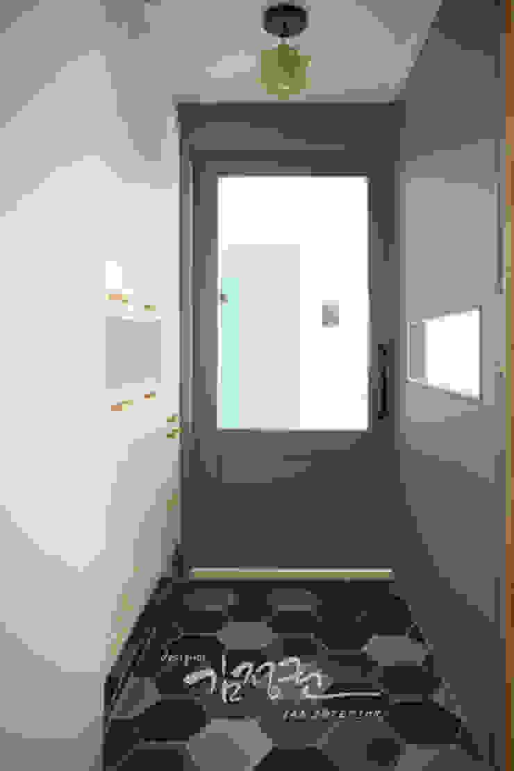 Ingresso, Corridoio & Scale in stile moderno di 김정권디자이너 Moderno MDF