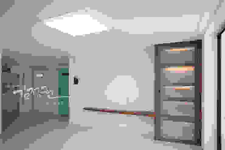 Sala da pranzo moderna di 김정권디자이너 Moderno MDF