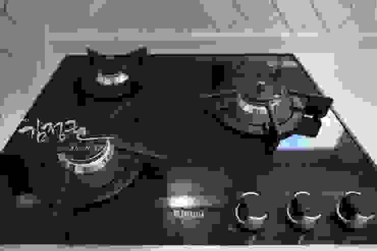 Cucina minimalista di 김정권디자이너 Minimalista Porcellana