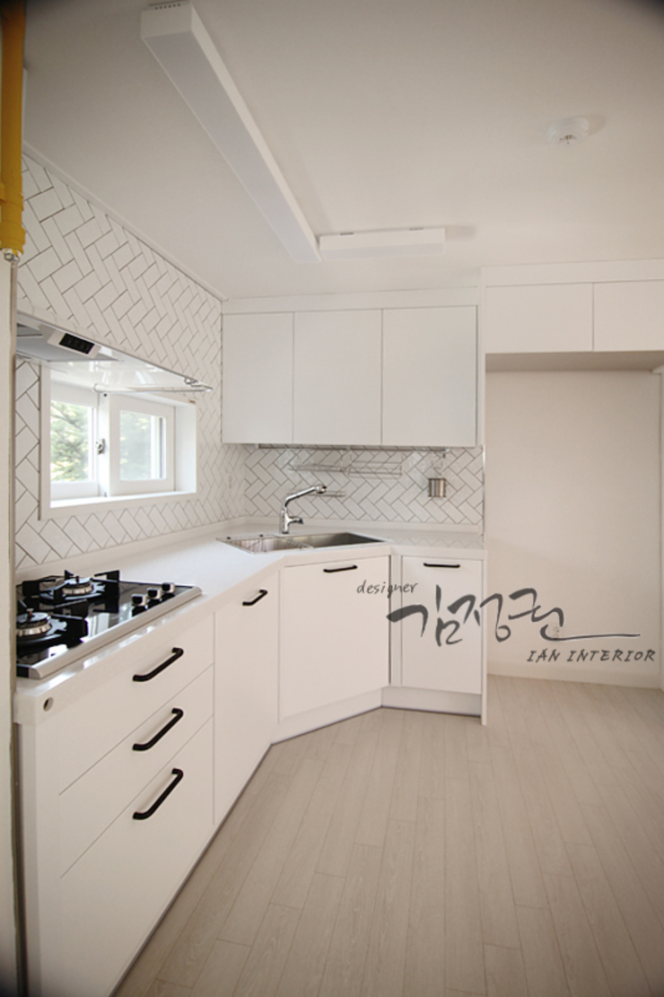 Cucina moderna di 김정권디자이너 Moderno Porcellana