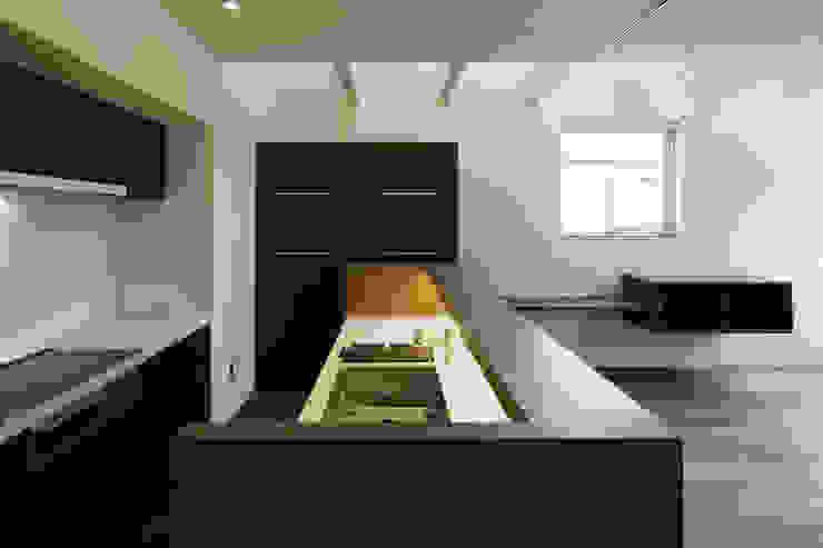 house in saitama 株式会社廣田悟建築設計事務所 ミニマルデザインの キッチン ブラウン