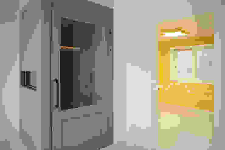김정권디자이너 Modern Corridor, Hallway and Staircase Pottery White