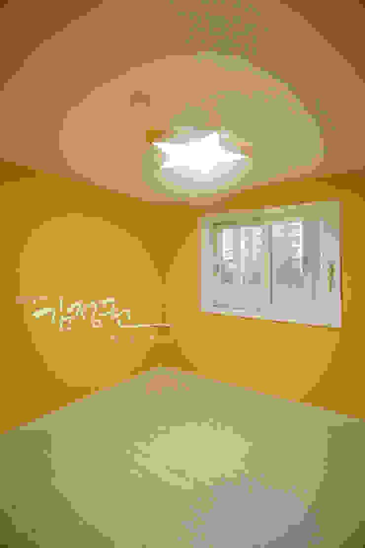 Camera da letto moderna di 김정권디자이너 Moderno MDF