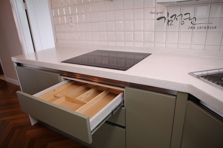 Modern style kitchen by 김정권디자이너 Modern Porcelain