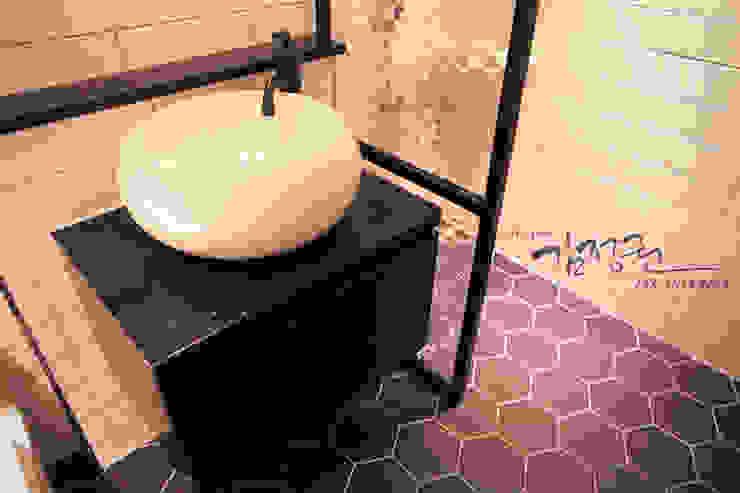 한빛 아파트 모던스타일 욕실 by 김정권디자이너 모던 벽돌
