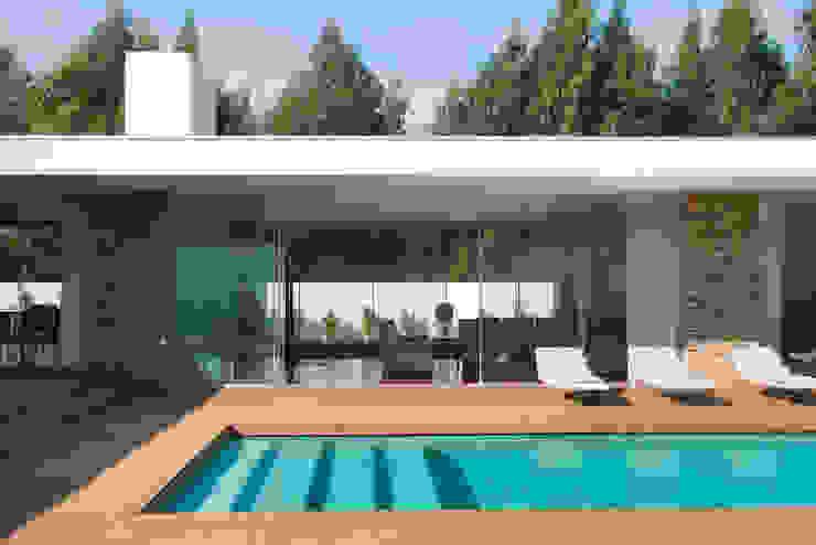 สระว่ายน้ำ โดย A.As, Arquitectos Associados, Lda,
