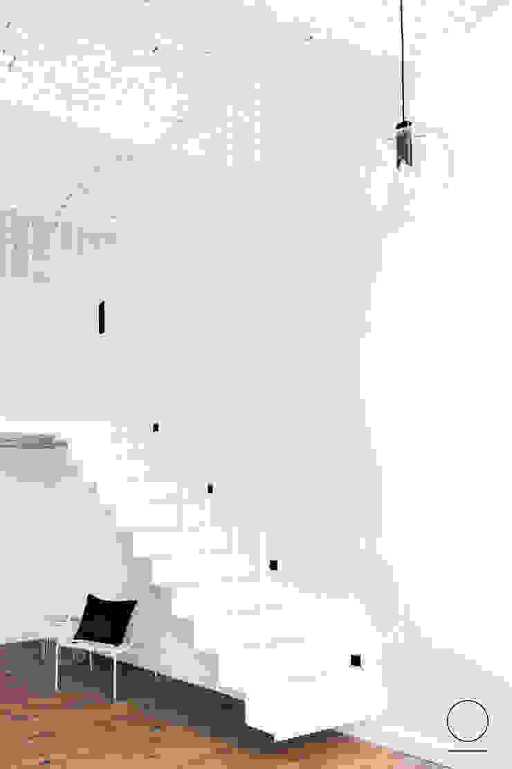 Loft w Łodzi Industrialny korytarz, przedpokój i schody od OIKOI Industrialny