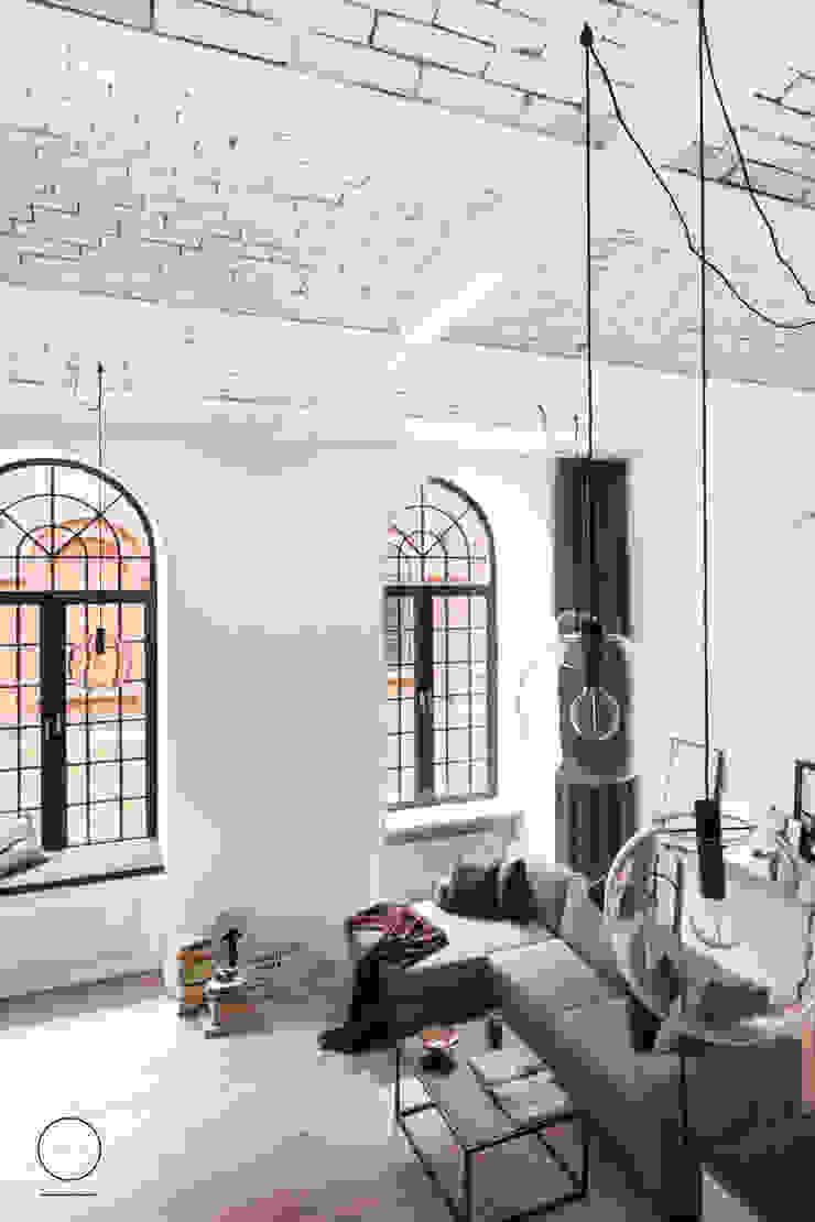 Loft w Łodzi Industrialny salon od OIKOI Industrialny
