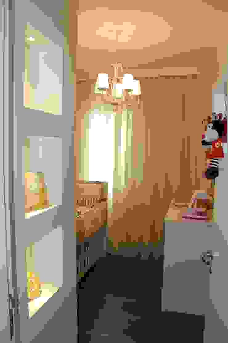 Dormitório da Bebê Quarto infantil clássico por Padoveze Interiores Clássico