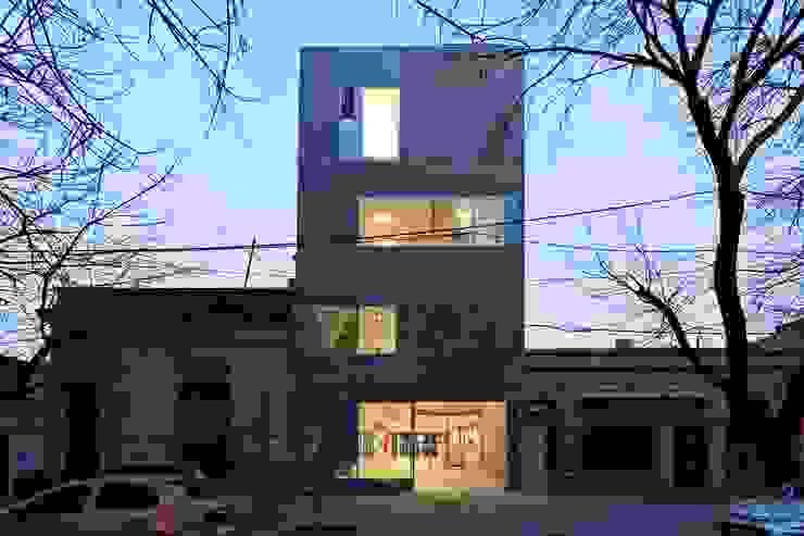 Fachadas realizadas por el Estudio Casas modernas: Ideas, imágenes y decoración de SMF Arquitectos / Juan Martín Flores, Enrique Speroni, Gabriel Martinez Moderno