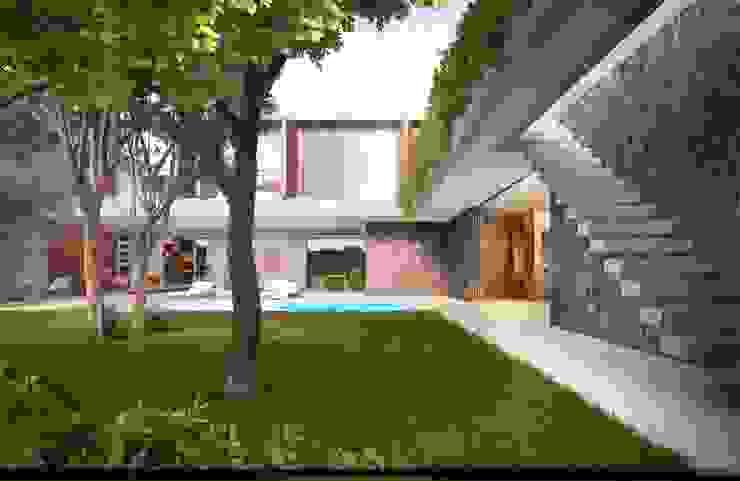 Jardines minimalistas de Mader Arquitetos Associados Minimalista