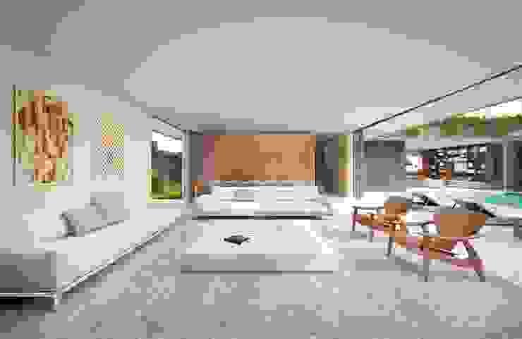 Salones de estilo minimalista de Mader Arquitetos Associados Minimalista