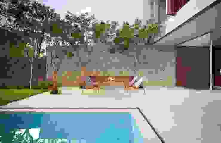 Casa H Fireplace Piscinas minimalistas por Mader Arquitetos Associados Minimalista
