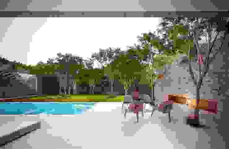 Casa H Fireplace Jardins minimalistas por Mader Arquitetos Associados Minimalista