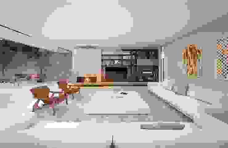 Casa H Living Salas de estar minimalistas por Mader Arquitetos Associados Minimalista