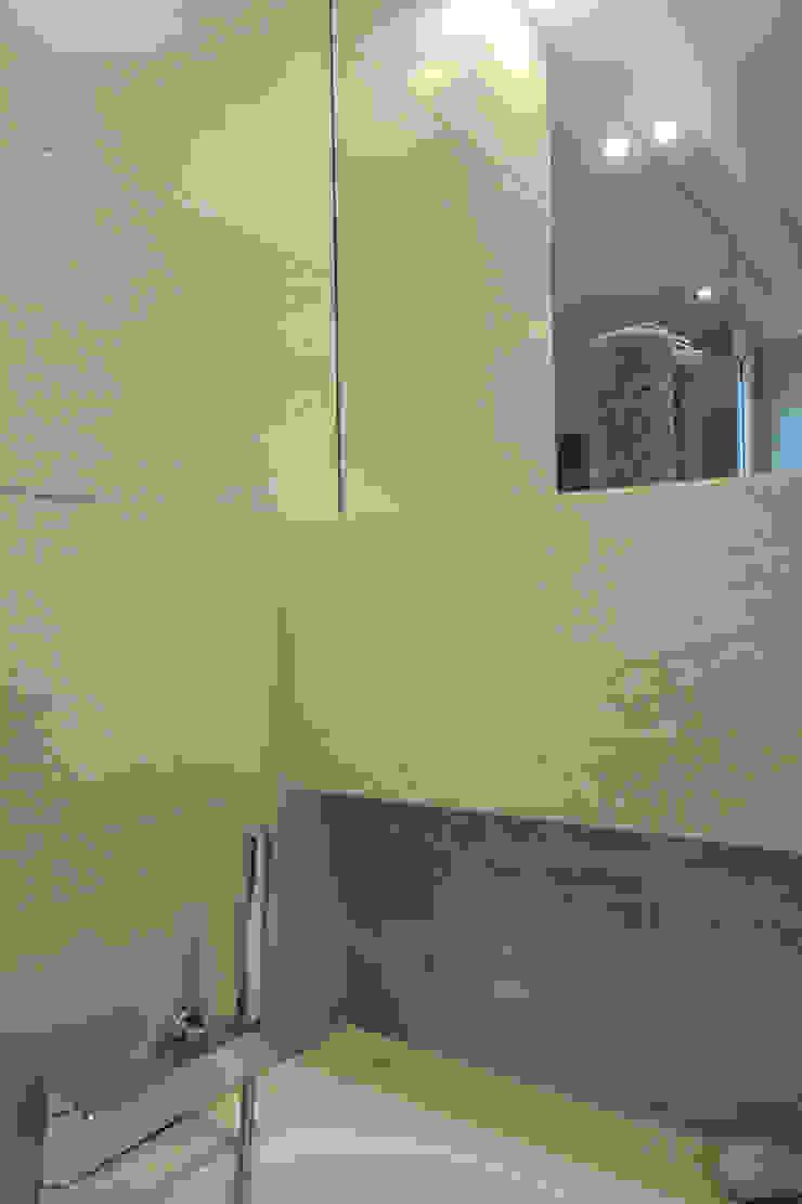 ŁAZIENKA W SZAROŚCIACH Z DREWNEM Nowoczesna łazienka od Architektura Wnętrz Magdalena Sidor Nowoczesny