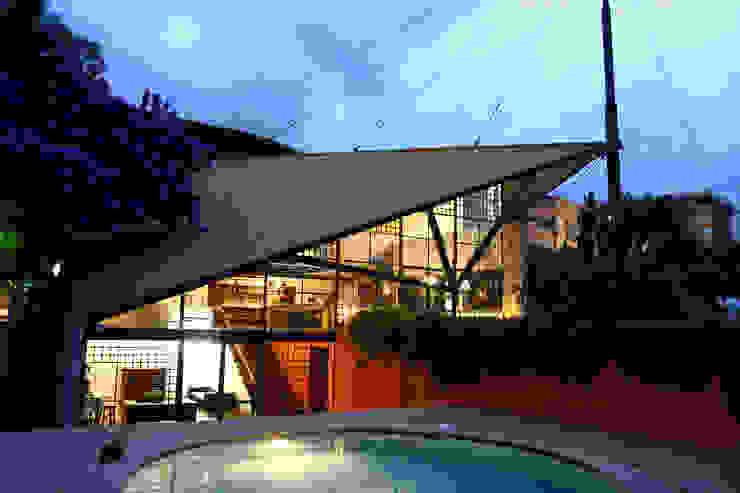 Vista noturna Piscinas modernas por Carlos Bratke Arquiteto Moderno