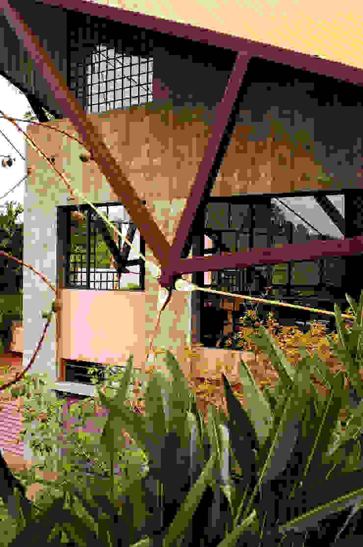 Detalhe da estrutura da cobertura Casas modernas por Carlos Bratke Arquiteto Moderno