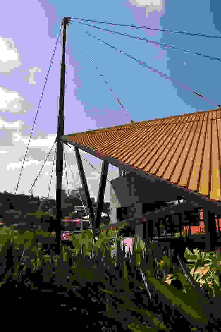 Detalhe do mastro da cobertura Casas modernas por Carlos Bratke Arquiteto Moderno