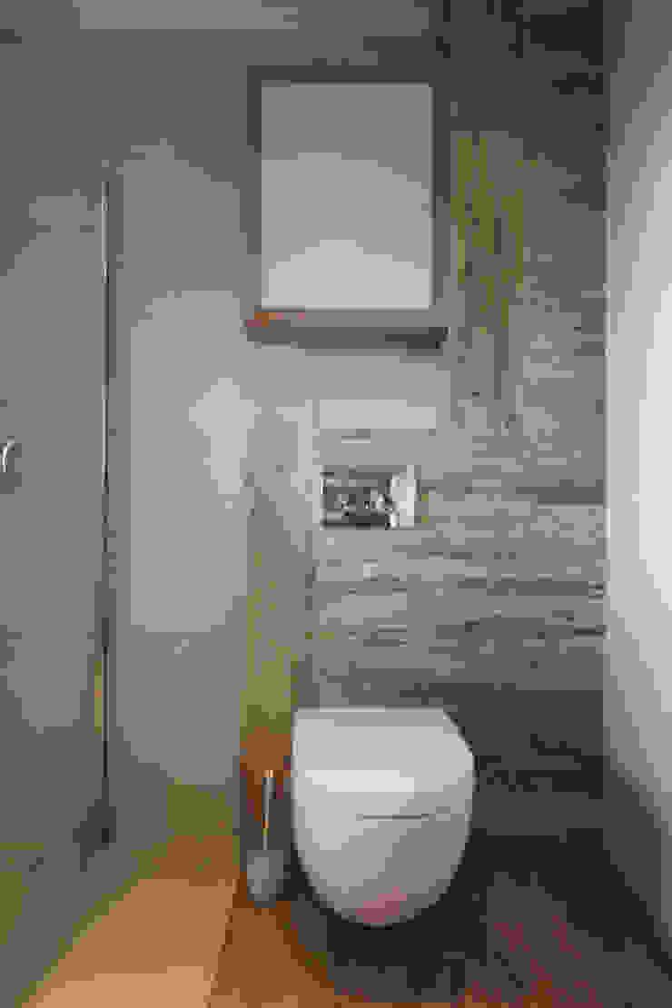 BIEL I DREWNO – ŁAZIENKA I KUCHNIA W DOMU W ZAWIŚCI Nowoczesna łazienka od Architektura Wnętrz Magdalena Sidor Nowoczesny