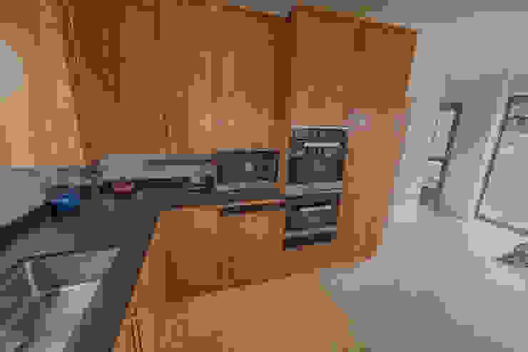 Isle of Wight Golden Oak Kitchen designed and Made by Tim Wood by Tim Wood Limited Сучасний Дерево Дерев'яні