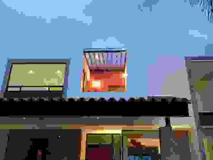 Terraza en Fachada Frontal Balcones y terrazas modernos de Ambás Arquitectos Moderno