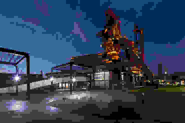 Vista Nocturna: Fuente de rocas de mineral de acero en plaza de acceso Museos de estilo industrial de HARARI LANDSCAPE Industrial