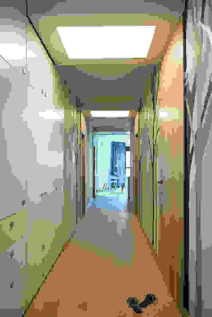 Apartament Przasnyska Nowoczesny korytarz, przedpokój i schody od deco chata Nowoczesny
