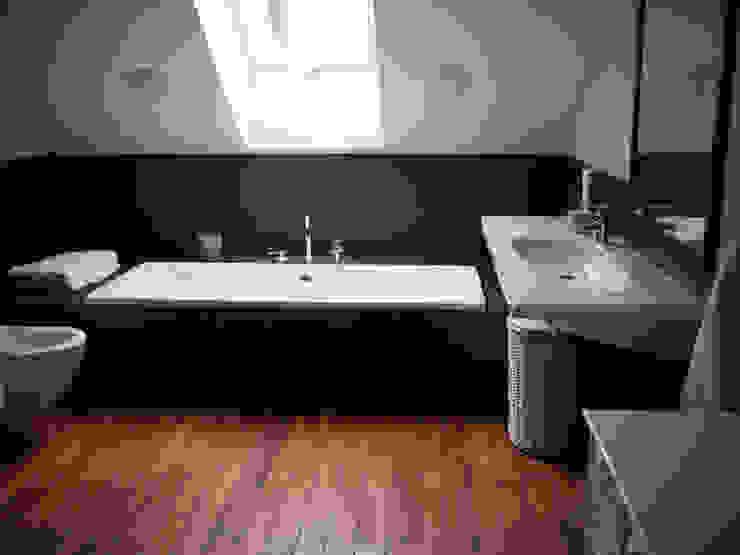 Baños de estilo moderno de deco chata Moderno