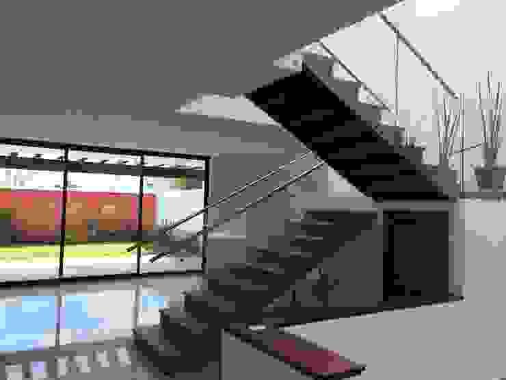 現代風玄關、走廊與階梯 根據 Ambás Arquitectos 現代風