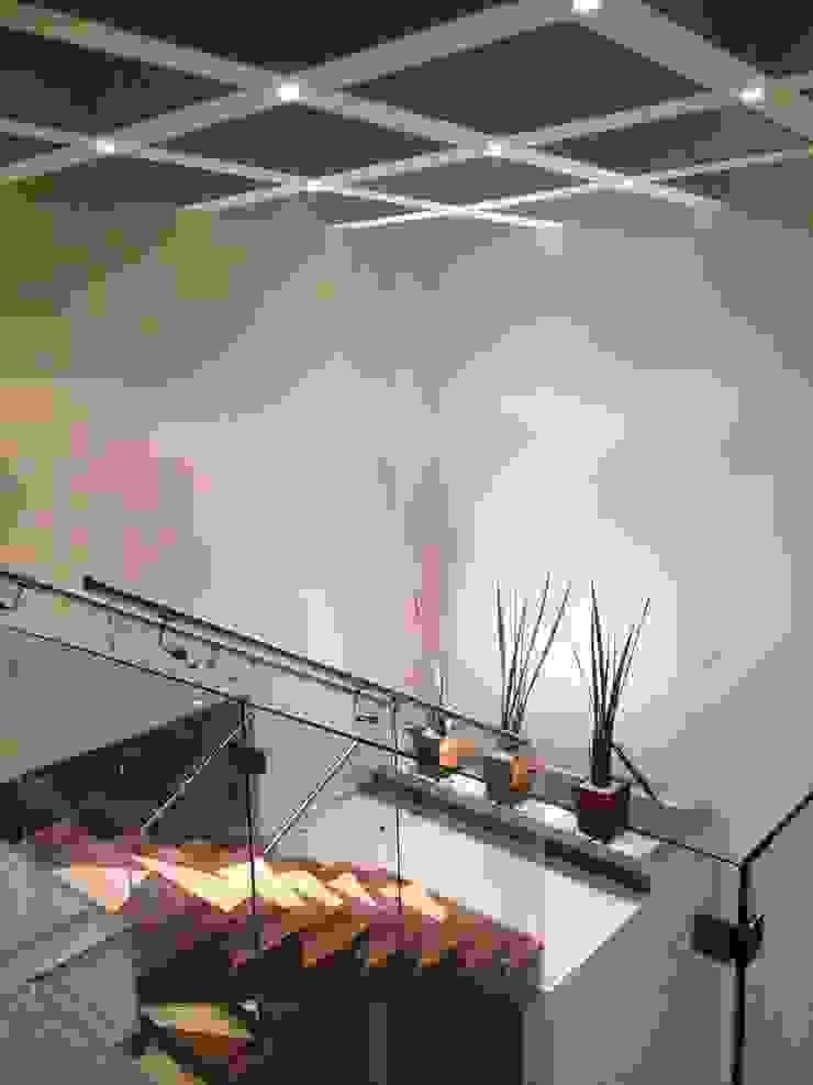 Escaleras Iluminadas Pasillos, vestíbulos y escaleras modernos de Ambás Arquitectos Moderno