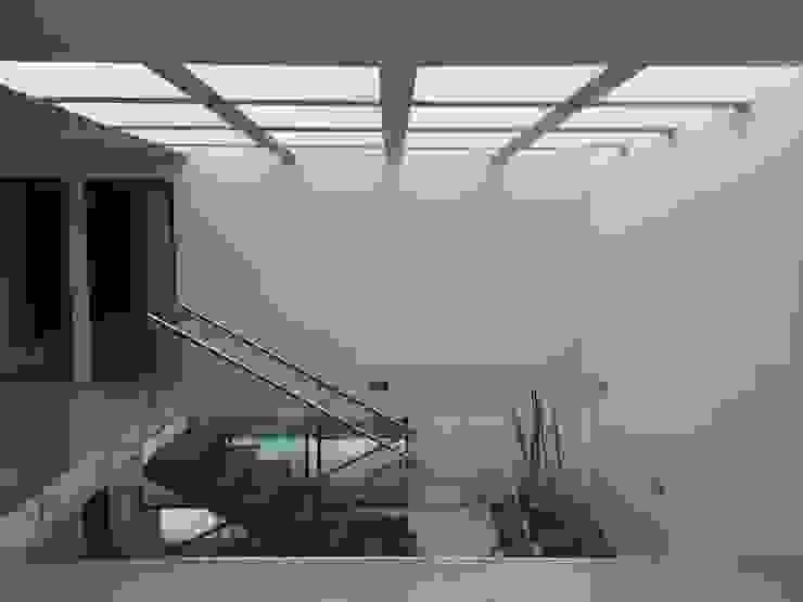 Nowoczesny korytarz, przedpokój i schody od Ambás Arquitectos Nowoczesny