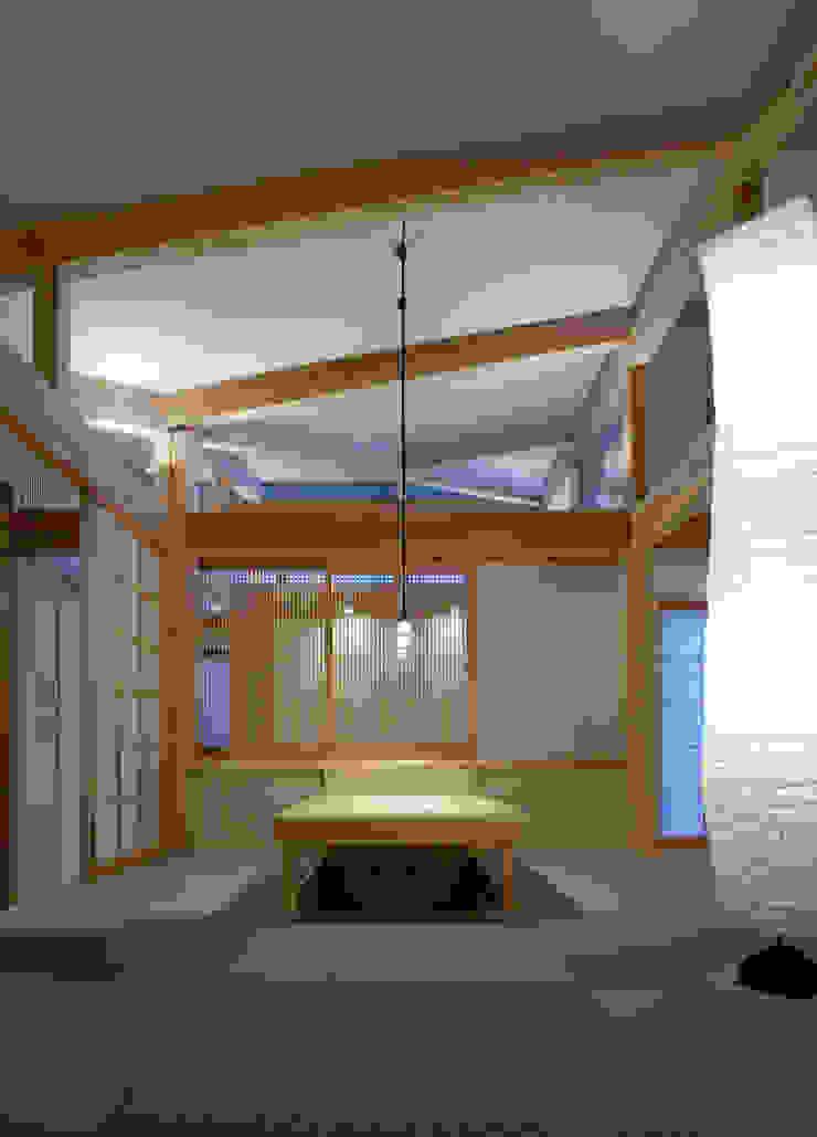 Salas de estilo asiático de 髙岡建築研究室 Asiático Madera Acabado en madera