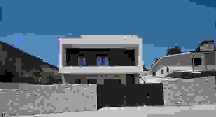 ミニマルな 家 の 3H _ Hugo Igrejas Arquitectos, Lda ミニマル 花崗岩