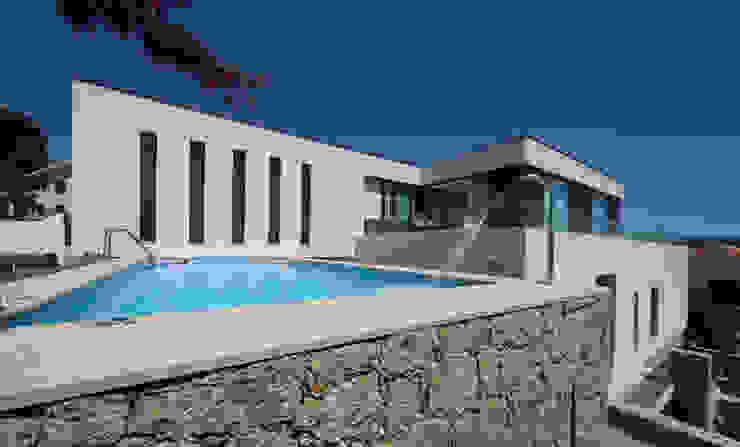 泳池 by 3H _ Hugo Igrejas Arquitectos, Lda, 簡約風