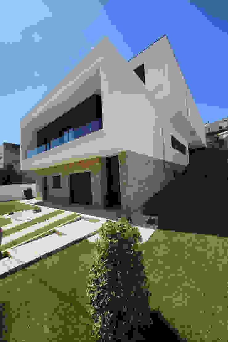 Casa em Guimarães Jardins minimalistas por 3H _ Hugo Igrejas Arquitectos, Lda Minimalista