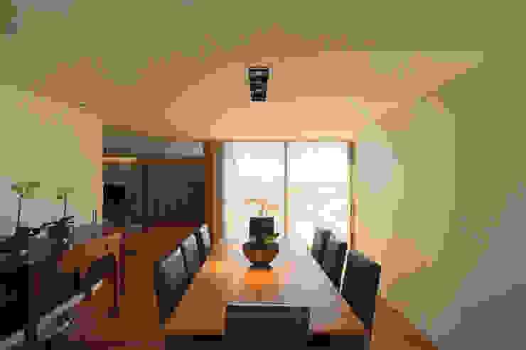 Столовая комната в стиле минимализм от 3H _ Hugo Igrejas Arquitectos, Lda Минимализм