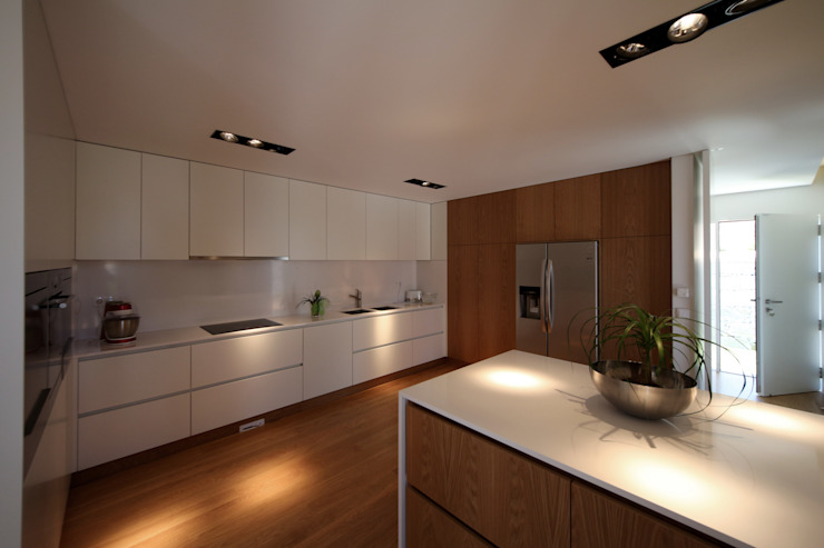 Minimalist kitchen by 3H _ Hugo Igrejas Arquitectos, Lda Minimalist Wood Wood effect