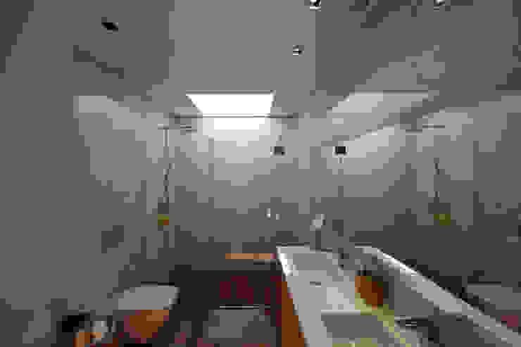 Baños minimalistas de 3H _ Hugo Igrejas Arquitectos, Lda Minimalista