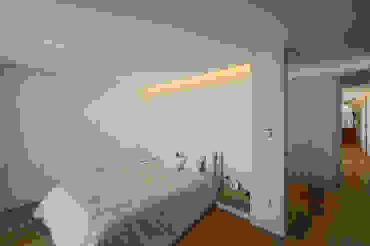 ミニマルスタイルの 寝室 の 3H _ Hugo Igrejas Arquitectos, Lda ミニマル