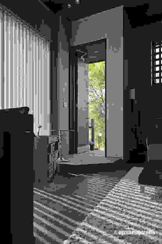 玄関は、その家の顔・・・。ちょっと楽しい顔があっても良い! モダンスタイルの 玄関&廊下&階段 の アグラ設計室一級建築士事務所 agra design room モダン