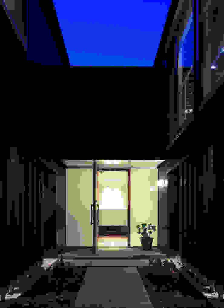 higashino house モダンスタイルの 玄関&廊下&階段 の 髙岡建築研究室 モダン