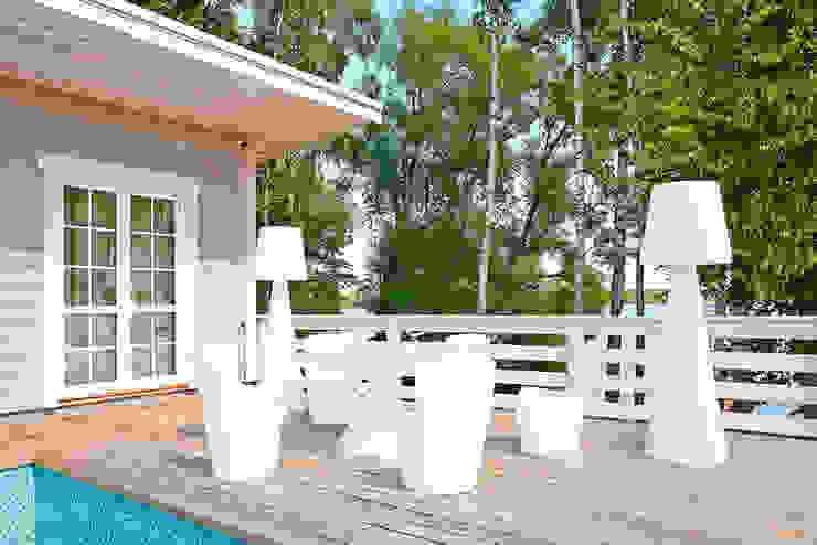 Открытая терраса с бассейном Дома в классическом стиле от ODEL Классический Дерево Эффект древесины