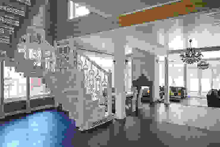 Corredores, halls e escadas clássicos por ODEL Clássico Ferro/Aço
