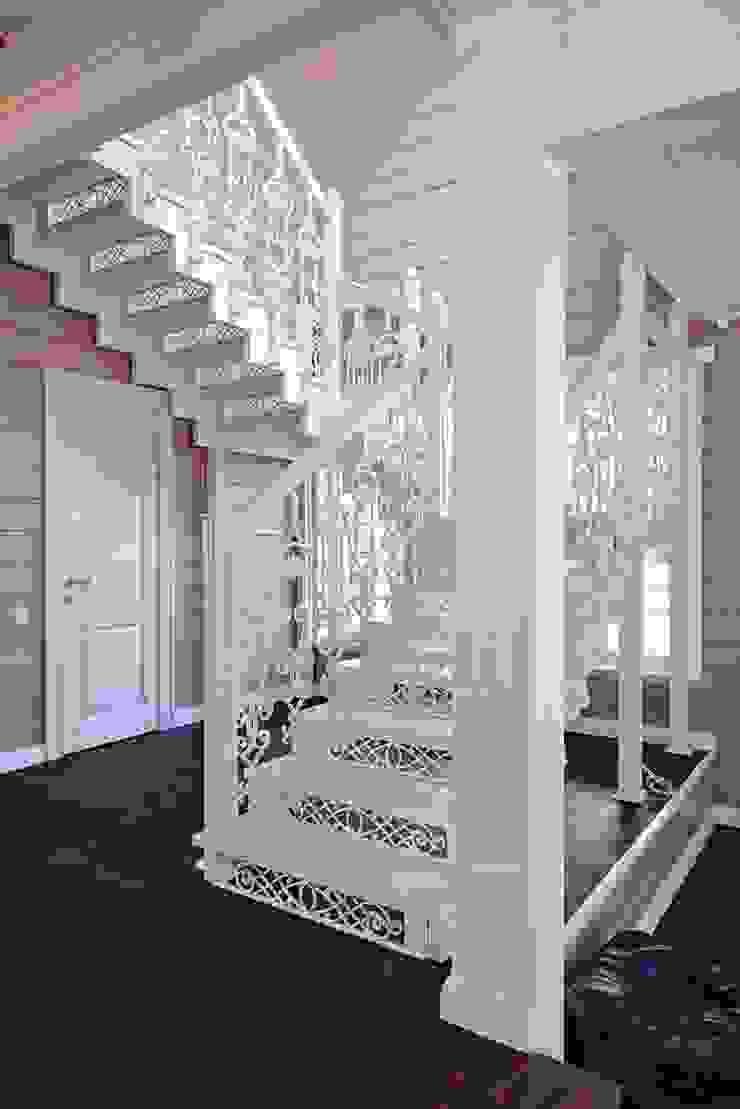 Крашенная чугунная лестница Коридор, прихожая и лестница в классическом стиле от ODEL Классический Железо / Сталь