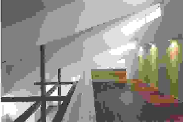 Salones de estilo moderno de 株式会社 高井義和建築設計事務所 Moderno Madera Acabado en madera