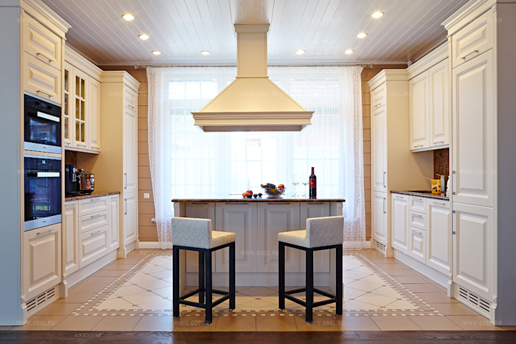 Кухонная зона с островом и подвесной вытяжкой Кухня в классическом стиле от ODEL Классический Дерево Эффект древесины