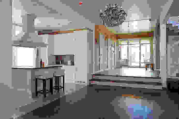 Кухонная зона совмещенная с гостиной Кухня в классическом стиле от ODEL Классический Дерево Эффект древесины